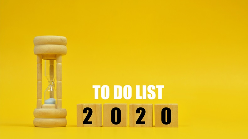 Vintage hourglass on yellow background with to do list in 2020 text.